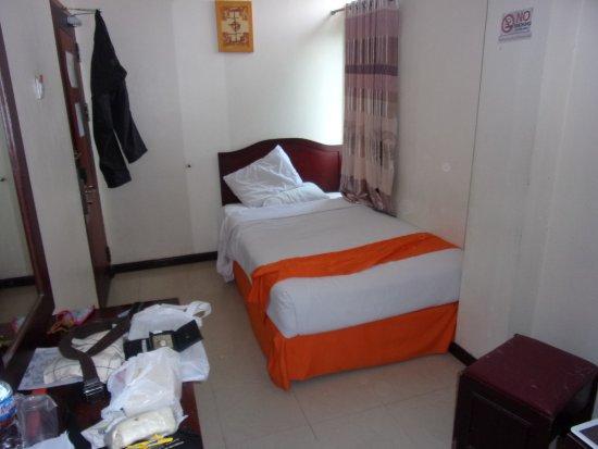 Tarakan, Indonésie : Kamar Standar (Single Bed). Engsel Pintu buat gantungan celana karena di kamar tidak ada gantung