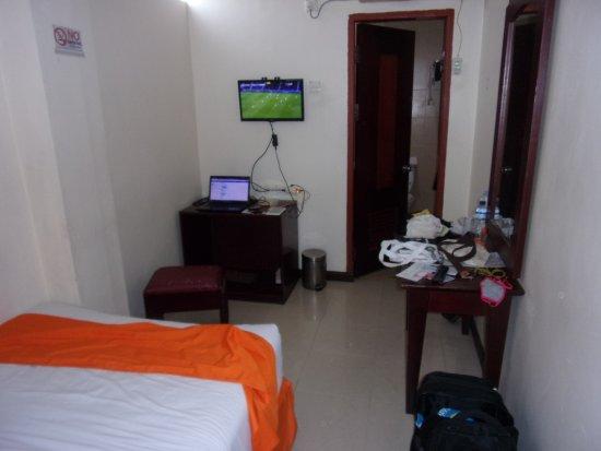 Hotel Dynasty: Televisi dan Pintu Kamar Mandinya