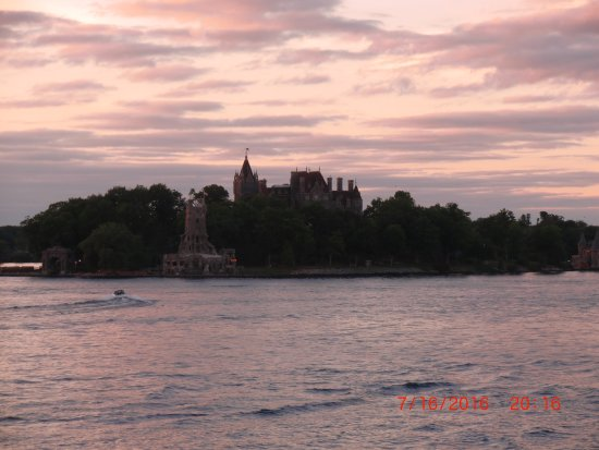Boardwalk Motel: Boldt Castle view from dock/pool area