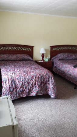 Boardwalk Motel: Room was clean and I found the bed to be comfortable. Bathroom is small, minimal counterspace.