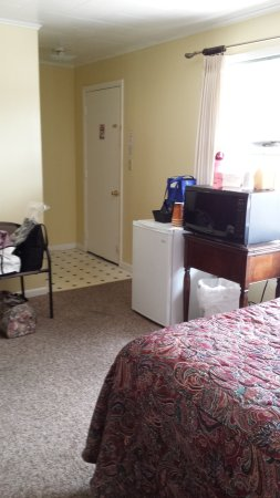 Boardwalk Motel: Small coffee pot, fridge and microwave. No hair dryer. Minimal outlets but we had a plug strip.