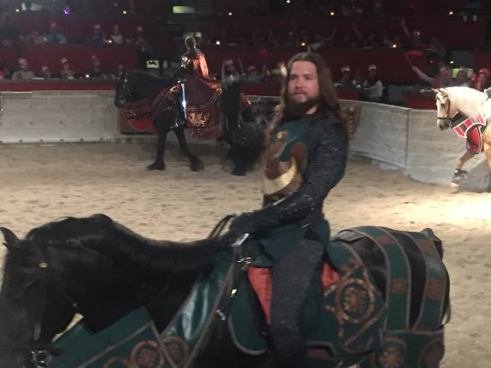 Medieval Times : Rooting for the green knight.