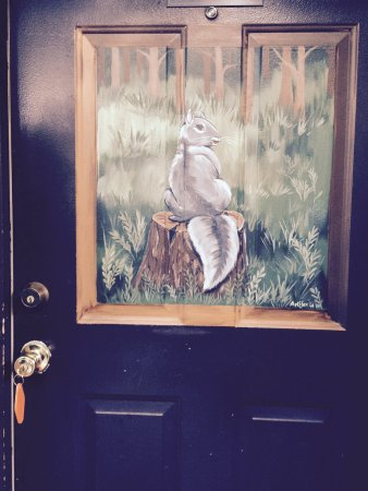 Crestline, Калифорния: Door to my cabin - Grey Squirrel Cabin