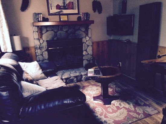 Crestline, Kalifornien: Living room with fireplace. Apparently you will it in November when the temperature drops with