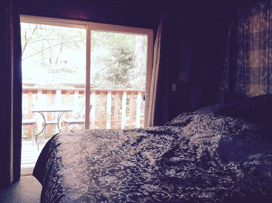 Crestline, Californië: Bedroom with a balcony view of a creek which was dry - May 2016