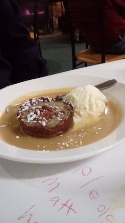 Corryong, Australien: Chef's own Sticky date pudding with warm caramel sauce