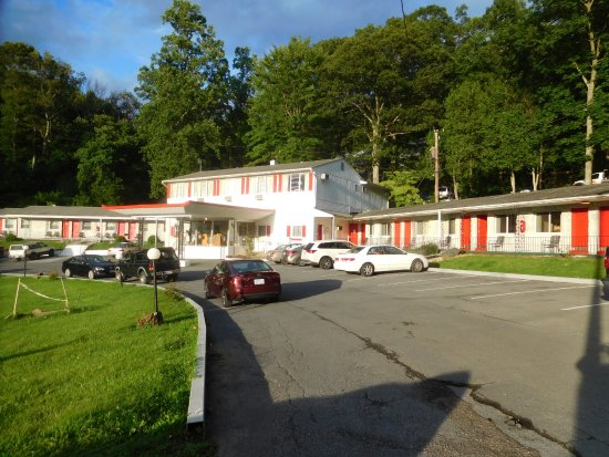 ‪‪Waynesboro‬, فيرجينيا: The front of the Colony House Motel...my room was about the middle of the section on the right.‬