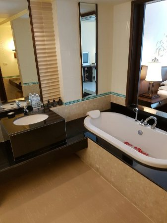 Patong Paragon Resort & Spa: Some photos of our room number 226 on the first floor, wonderfull.