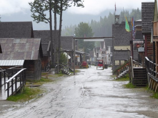 Barkerville, Canada: rainy day street view from hotel