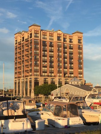 Shoreline Inn & Conference Center, an Ascend Hotel Collection Member: Picture of hotel from other side of marina