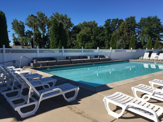 Shoreline Inn & Conference Center, an Ascend Hotel Collection Member: Outdoor pool