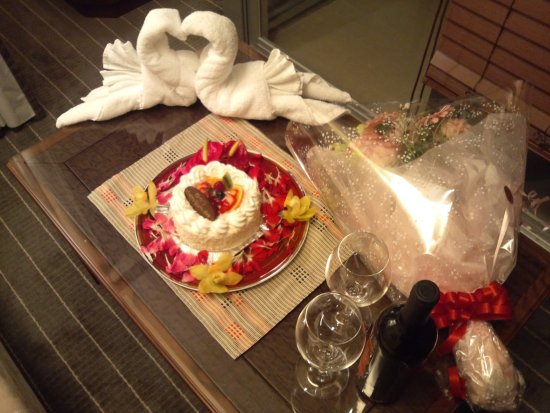 Okinawa Spa Resort EXES: ケーキと花とワインのセット