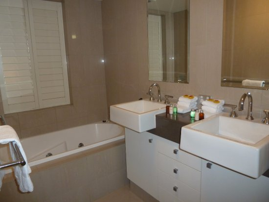 Oxygen Apartments: upstairs bathroom