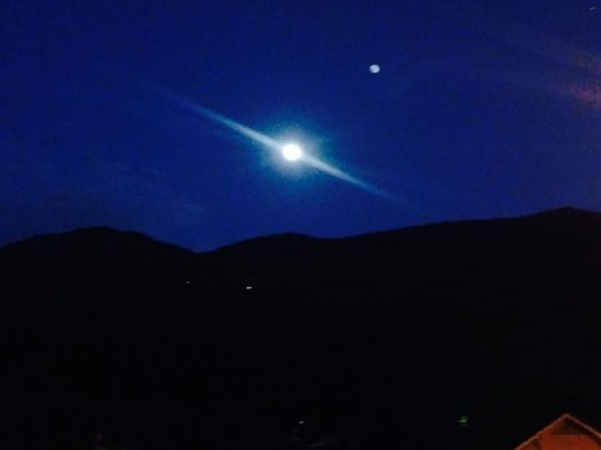 Smoky Falls Lodge: A full moon over the mountains