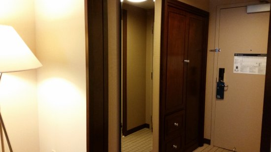 Sheraton Seattle Hotel: Closet & door