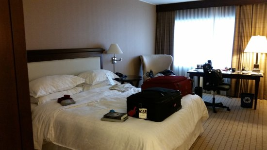 Sheraton Seattle Hotel: Bed & work area