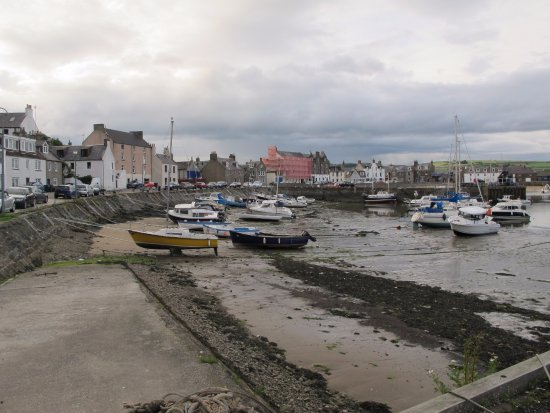 Ship Inn: tides out at Stonehaven