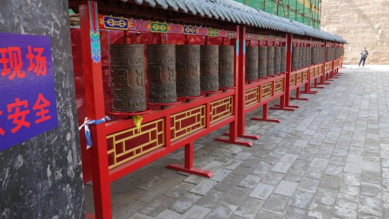 Weichang County, Kina: Prayer wheels