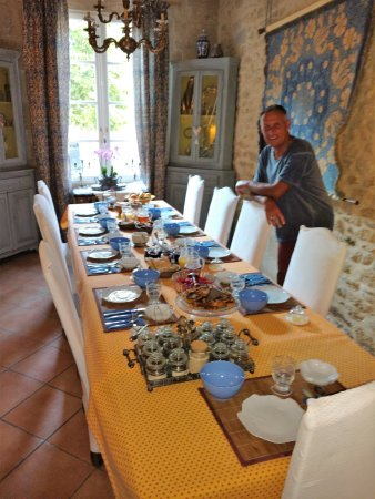 Remoulins, Франция: Pierre setting out breakfast