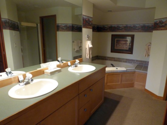 Columbia Falls, MT: Master bathroom with Jacuzzi tub.