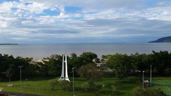 Rydges Esplanade Resort Cairns: Esplanade side overlooking water