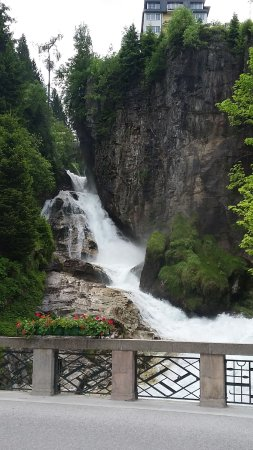 Villa Excelsior Hotel & Kurhaus: Beautiful waterfall on the walk into town