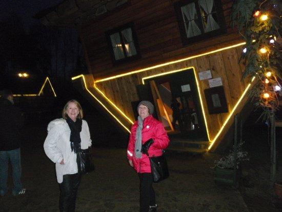 Szymbark, Polen: Upside down house lit at night...