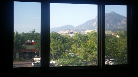 Boulder Marriott: Mountains beyond the parking lot