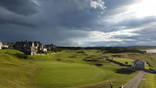 Lossiemouth, UK: Old Moray med 18. green i forkant, Skerry Brae Hotel til venstre.