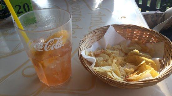 Montorfano, Itália: 6 euro per acqua sporca e patatine ammuffite