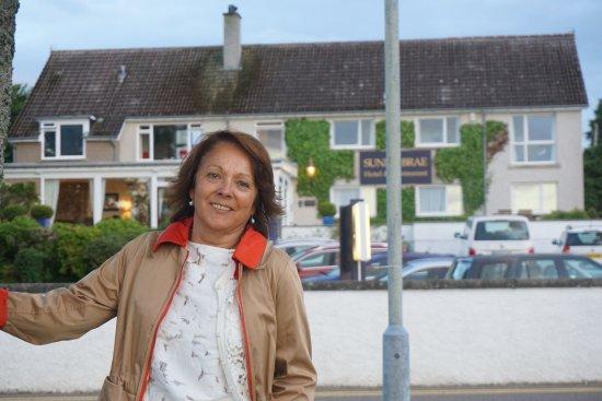 Sunny Brae Hotel: VGista de la entrada uy las habitaciones que dan al mar.