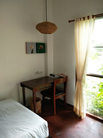 Eco Resort Chiang Mai: Nice desk with a comfortable chair.