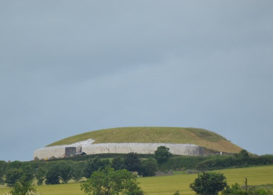 Donore, İrlanda: The view of newgrange from the Visitor center (with a zoom lense....)
