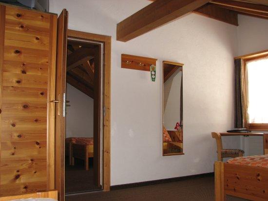 Vella, Zwitserland: Familienzimmer unter dem Dach