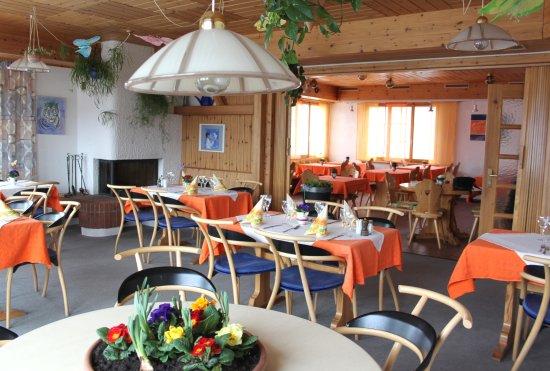 Vella, Suiza: Lichtdurchflutetes Restaurant