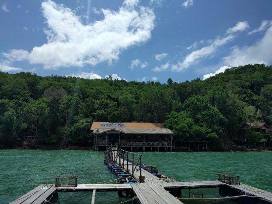 เมืองภูเก็ต, ไทย: laemsai floating restaurant that can be reached only by boat. good food.