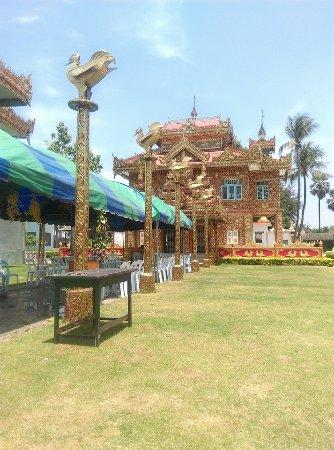 Mae Sot, Thailand: หอสมุดภายในวัด