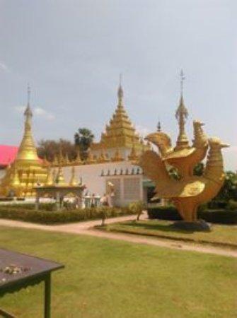 Mae Sot, Tailandia: เจดีย์สีทองภายในบริเวณวัด