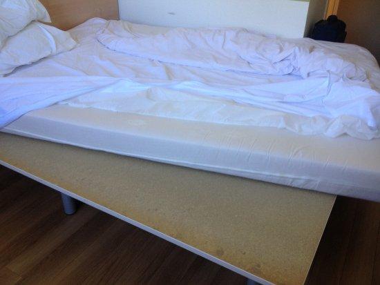Ibis Budget Besancon Nord : 10 cm de mousse sur une planche en bois...bonne nuit !