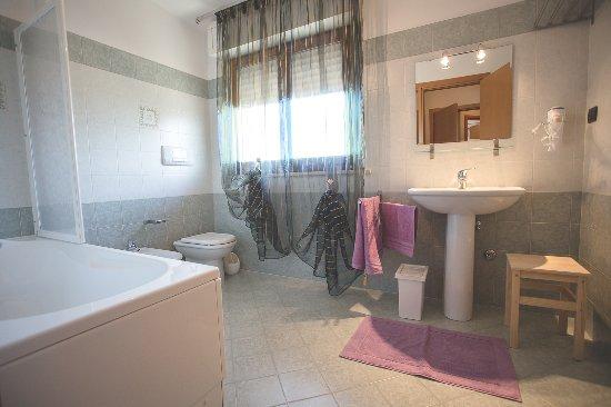 Citta Sant'Angelo, Italia: Bagno con vasca