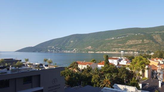 Igalo, Karadağ: Это фото из номера самого последнего по корридору. Слева часть отеля. За ней пляж.