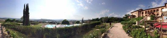 Saturnia Tuscany Hotel: Vista dell'hotel, della piscina e di parte del ristorante