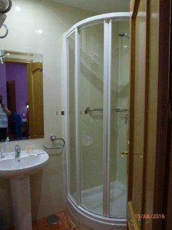 kleine bad mit dusche blick ins kleine bad dusche wc befindet sich direkt hinter der - Bw Kleines Bad Dusche Wandverkleidung Ideen