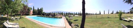 Rignano sull'Arno, Italia: La piscina, il bar e sulla sinistra si intravede la villa