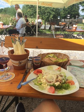 Floss, Alemania: A fresh salad with tuna fish along with crusty bread.