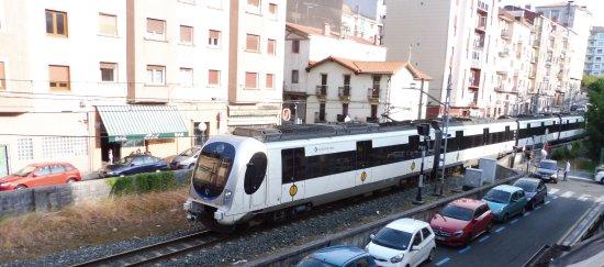 Ирун, Испания: Euskotren passes the hotel