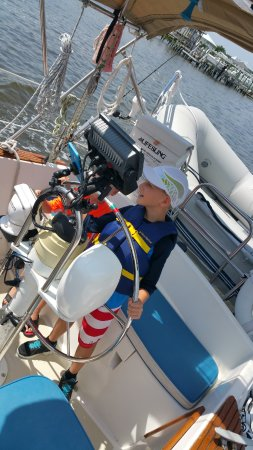 Carolina Beach, Carolina del Norte: Junior 1st Mate Noah at the helm