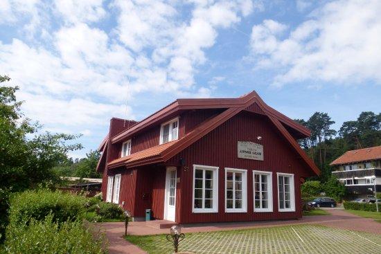 Juodkrante, Lithuania: Hotel-Ansicht mit angrenzenden Parkplätzen