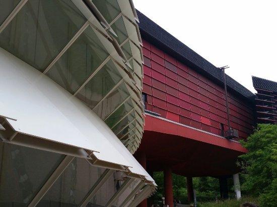 Musée du quai Branly Jacques Chirac, extérieur jardin d\'été. Avec ...