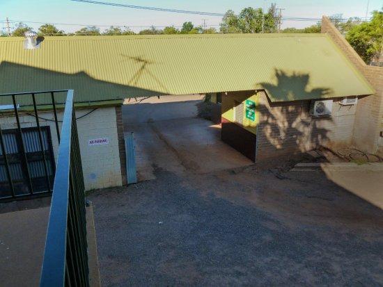 Tennant Creek, Australia: Car Park entrance, not drive through bottle shop.